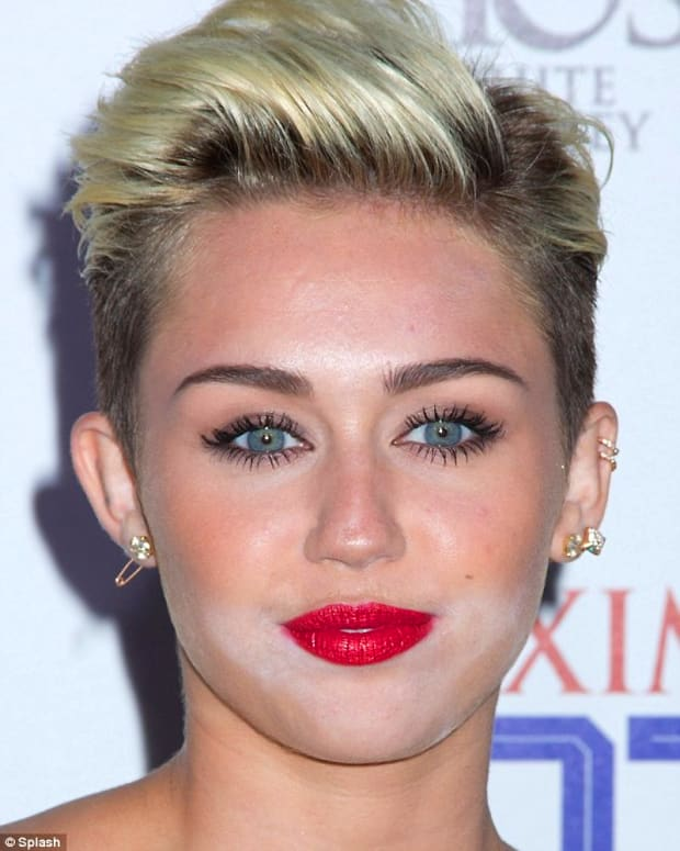 Miley Cyrus white powder face
