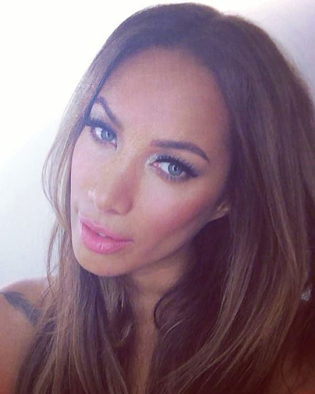 Leona Lewis_Dec 17_Instagram_horse_shoe_peace