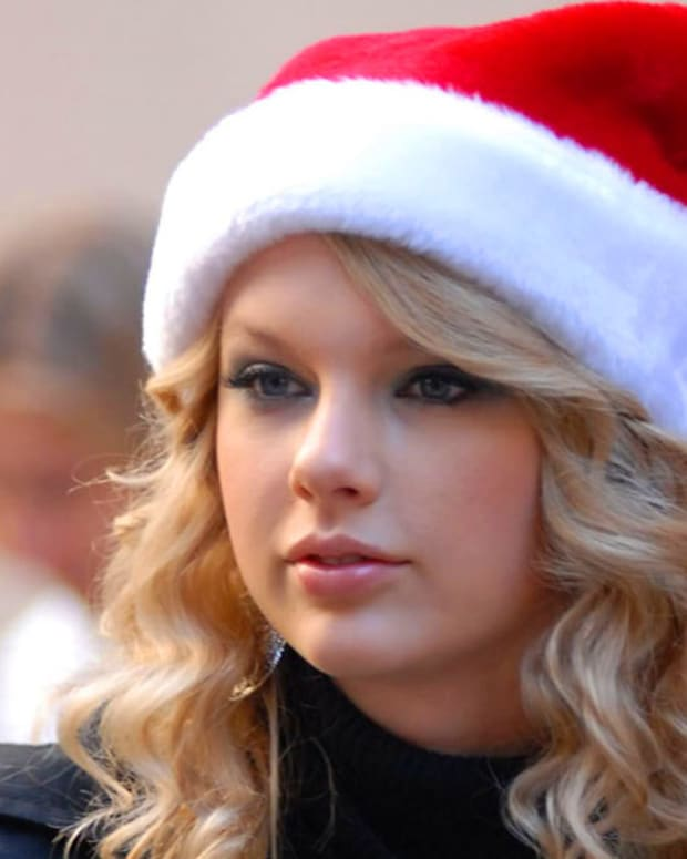 Taylor Swift_Santa Claus hat