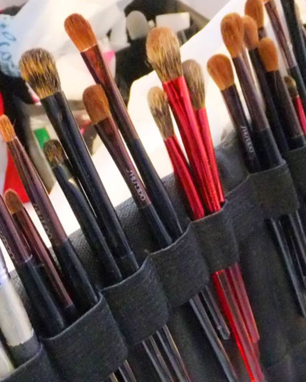 Simone Otis's makeup brushes on set for The Kit