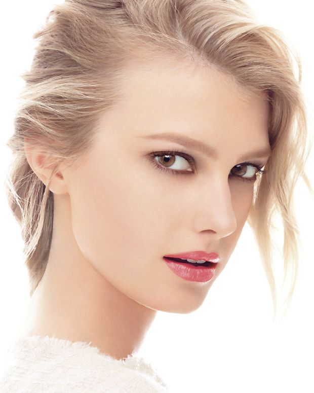 Chanel model Sigrid Agren  in Les 4 Ombres 36 Intuition, Joues Contraste 71 Malice, Le Crayon Levres 37 Framboise, and Rouge Coco Shine 91 Boheme