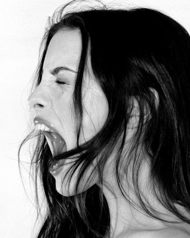 promo crop_Liv Tyler screams_photo by ellen von unwerth.jpg