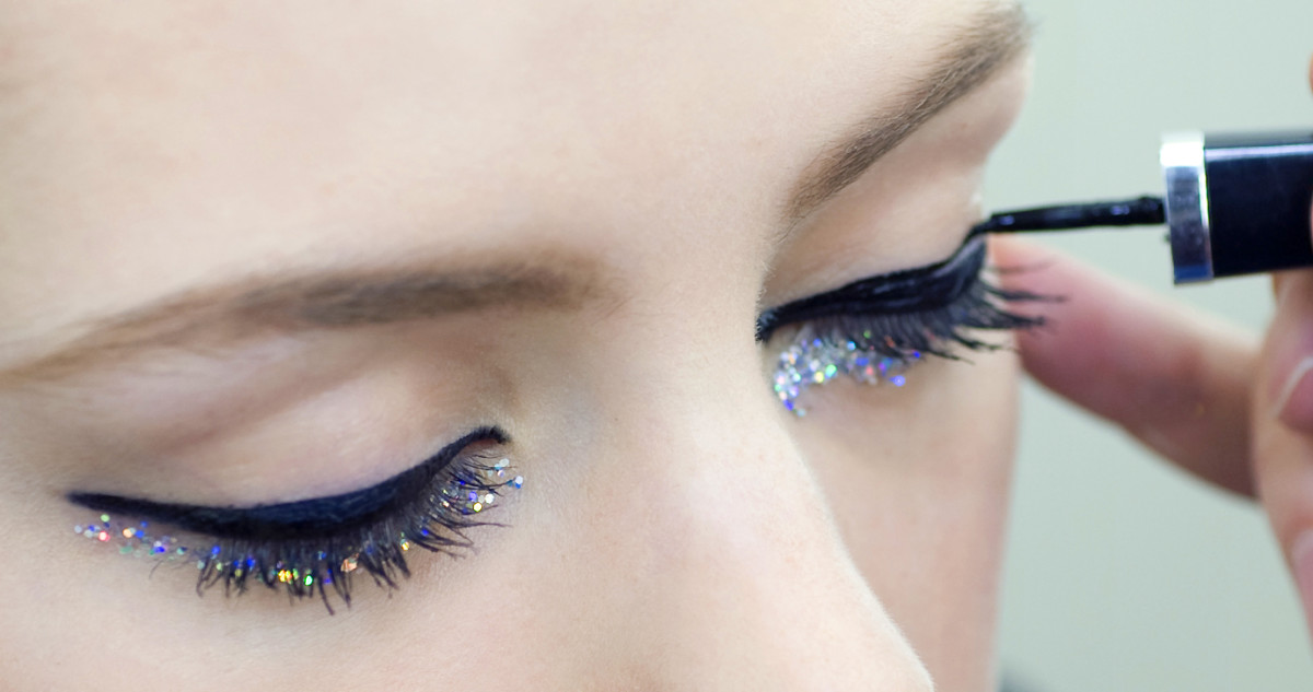 CHANEL Spring Summer 2014 Haute Couture makeup_backstage application closer and closer