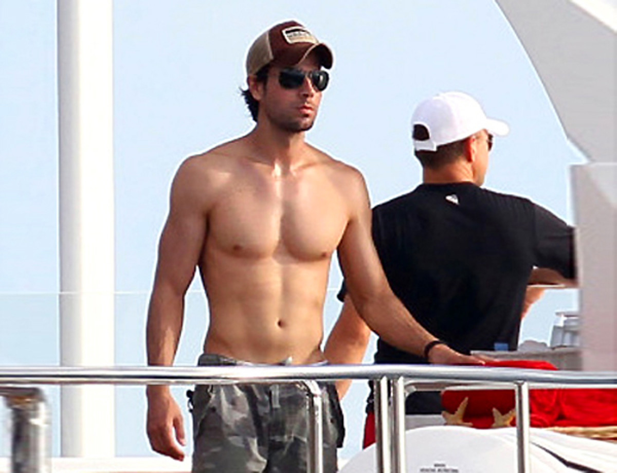 Enrique-Iglesias-and his abs-in-St.-Barts-Jan 2014
