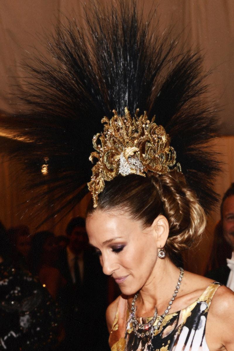 sarah-jessica-parker-in-philip-treacy-headpiece-at-met-ball-2013