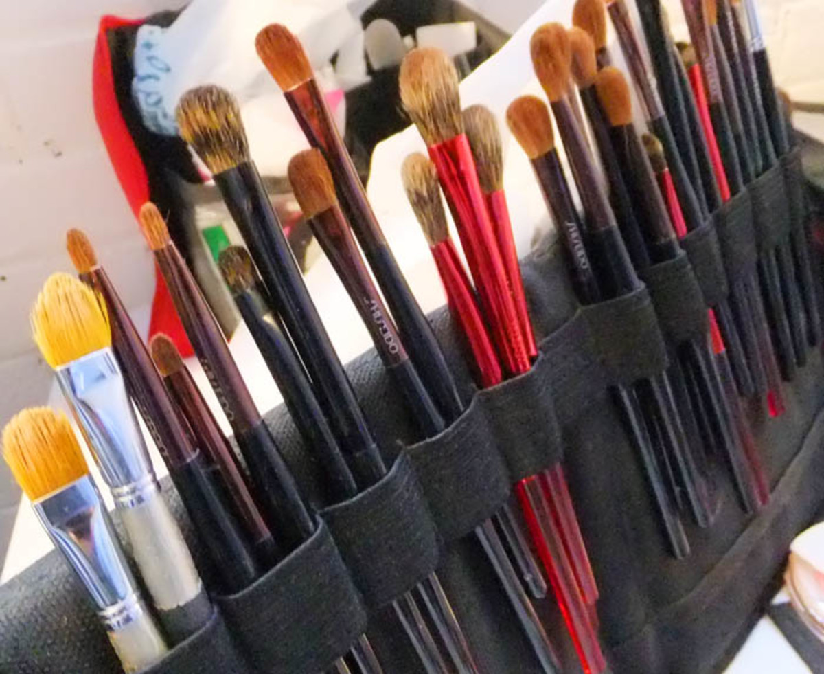 Simone Otis's makeup brushes on set for The Kit