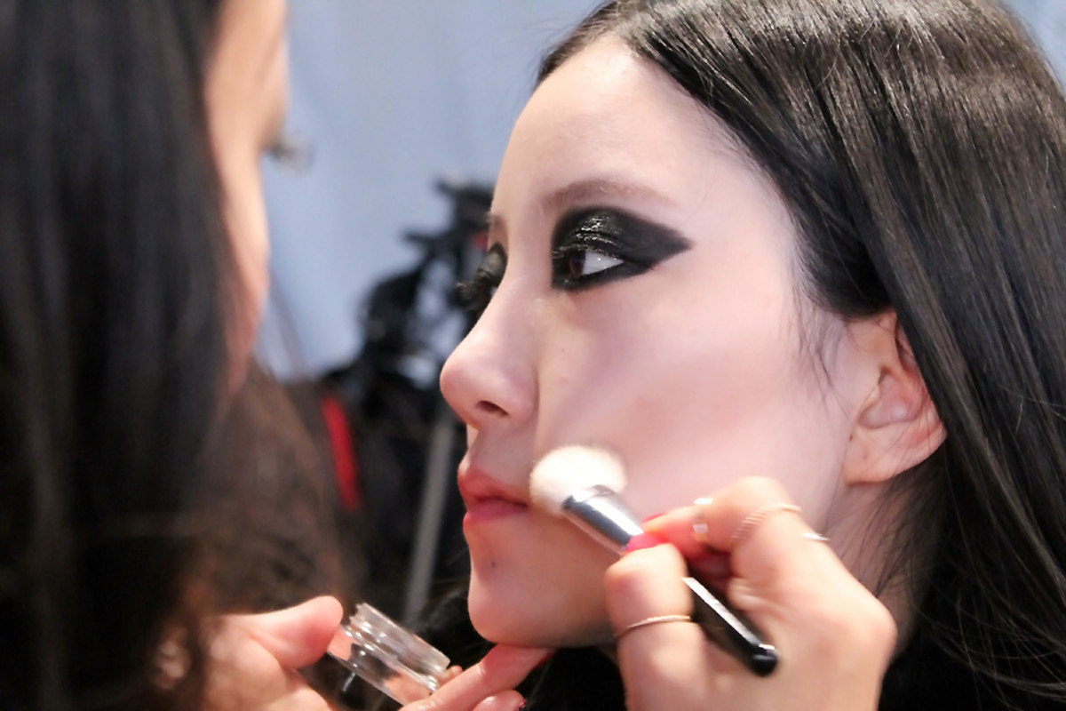 blacked-out eyes Ishie backstage beauty Vawk_wmcfw_makeup Grace Lee for Maybelline