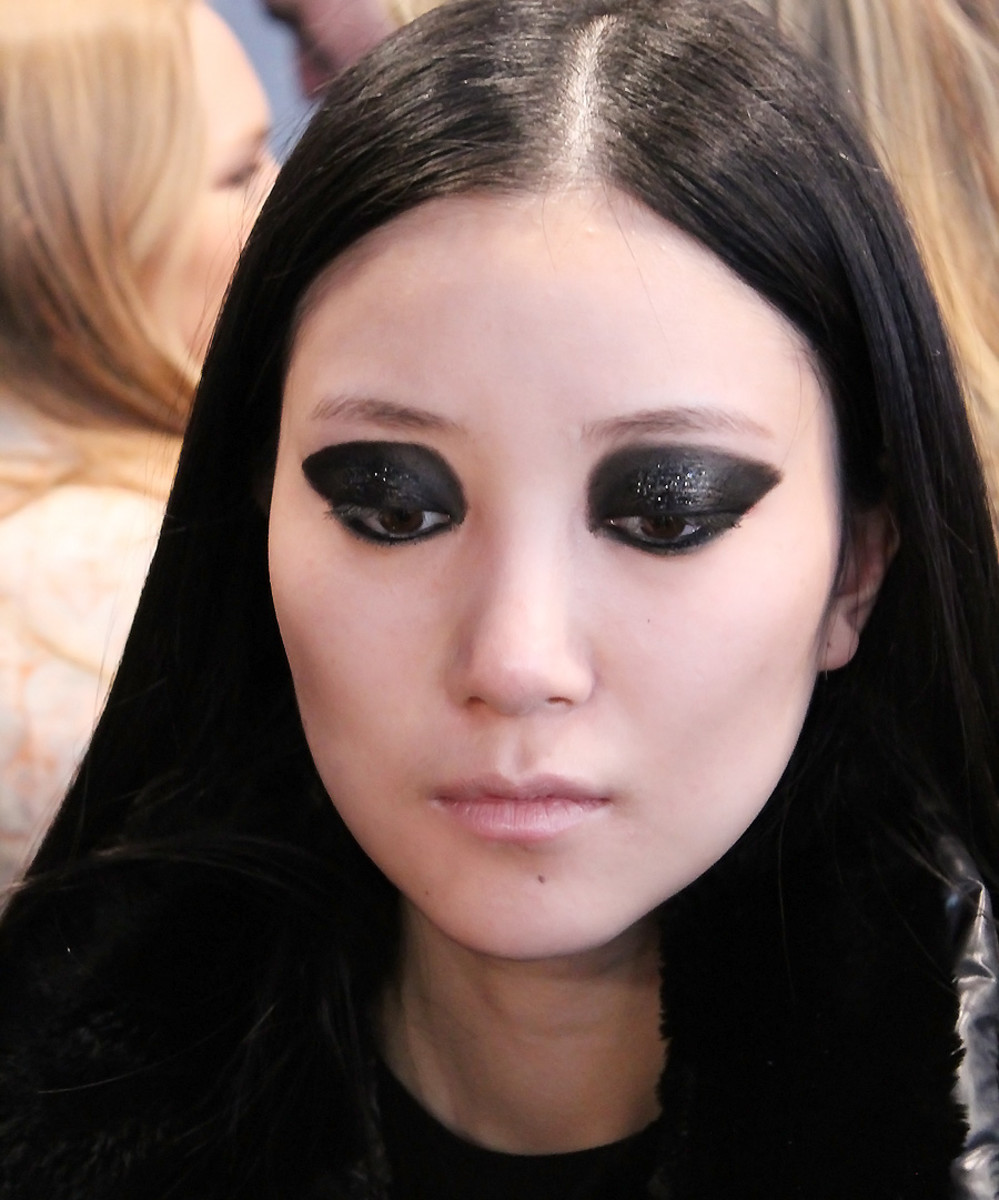 blacked-out eyes_model Ishie_Vawk backstage beauty at wmcfw_makeup Grace Lee for maybelline