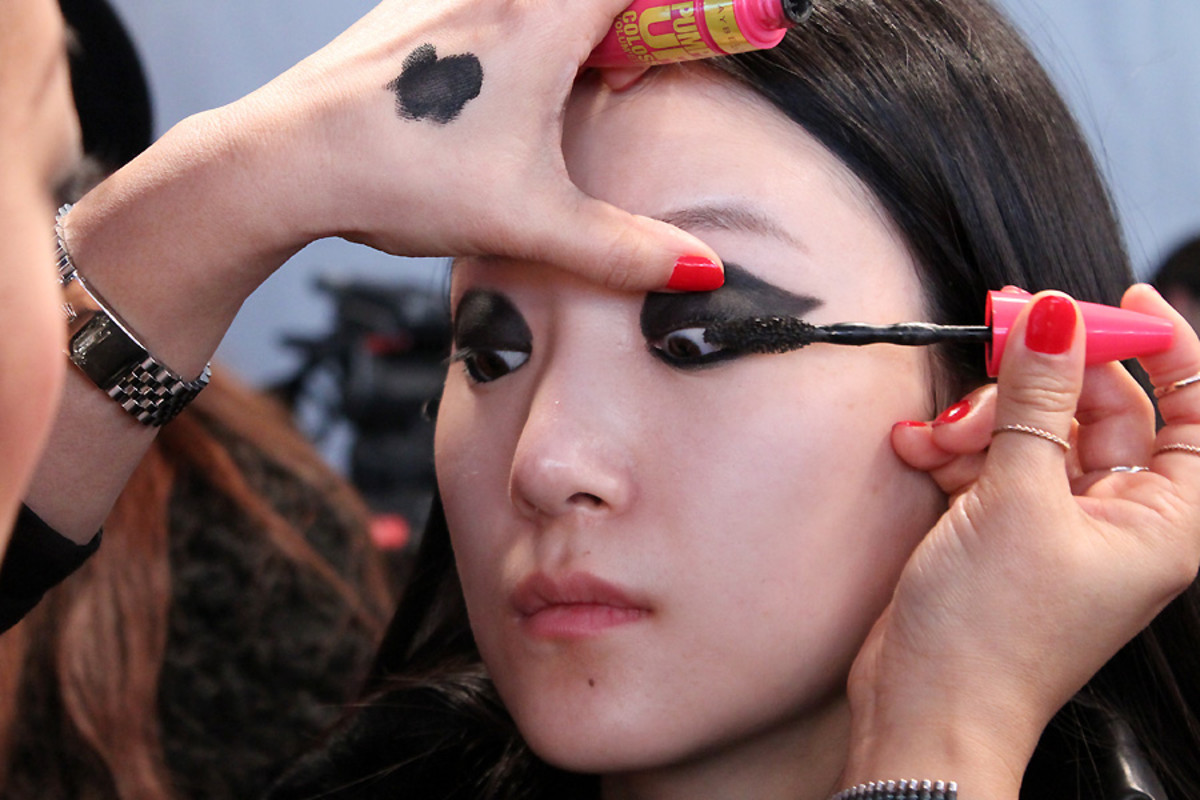 blacked-out eyes model Ishie_backstage beauty Vawk at wmcfw_makeup by Grace Lee_Maybelline