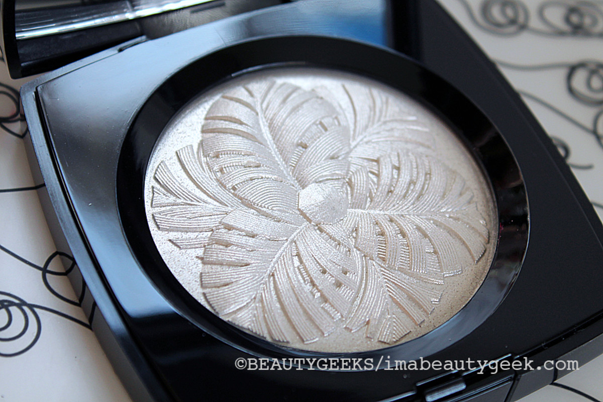 Chanel Holiday 2014_Camelia de Plumes illuminating powder compact