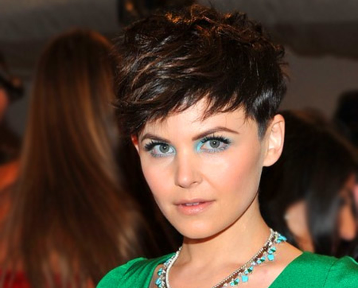 Ginnifer Goodwin in pastel blue shadow and green dress