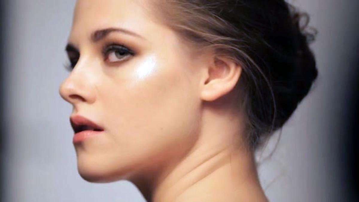 Kristen Stewart's smoky eyes_Kristen Stewart makeup Balenciaga ROSABOTANICA from Midia14 on Vimeo 034