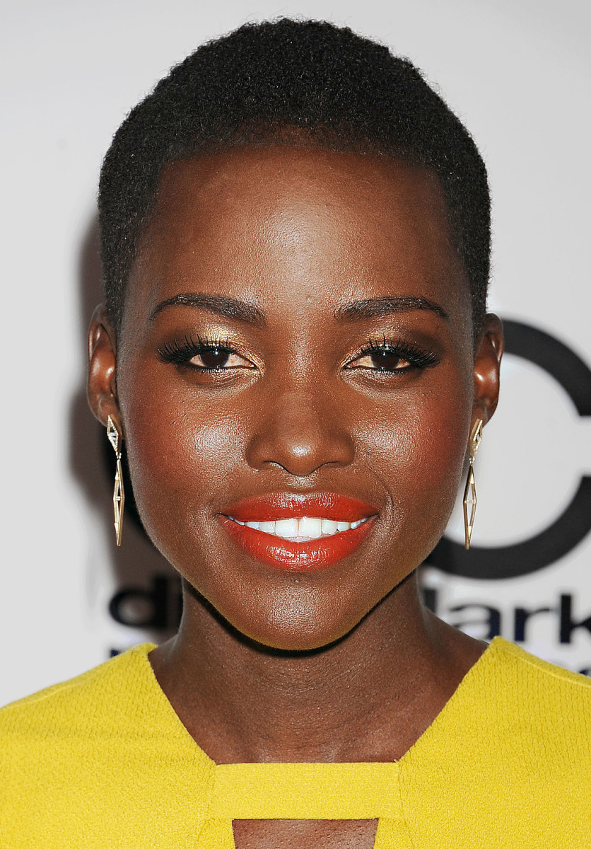 Lupita Nyong'o_Gold-lids-orange-lips-yellow-dress_21 OCT 13