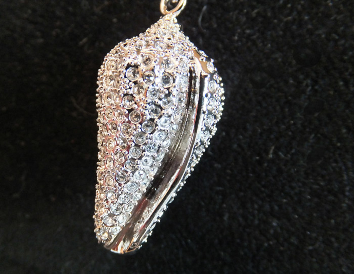 Swarovski_James Bond Collection_shell pendant