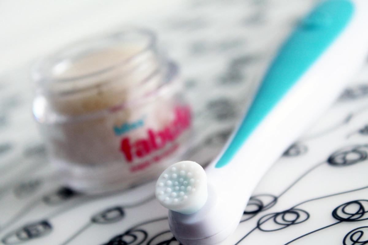 Bliss Pout-O-Matic lip polishing tool head and sugar scrub