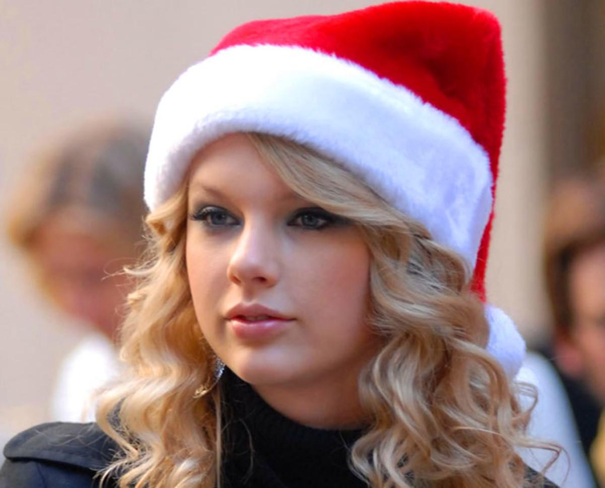 Taylor Swift_Santa Claus hat