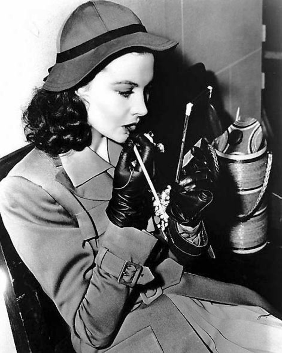 Viviane leigh applying lipstick