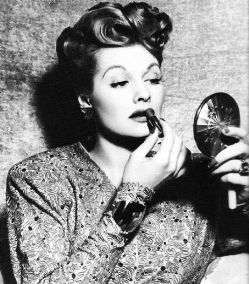 Lucy retouches lipstick