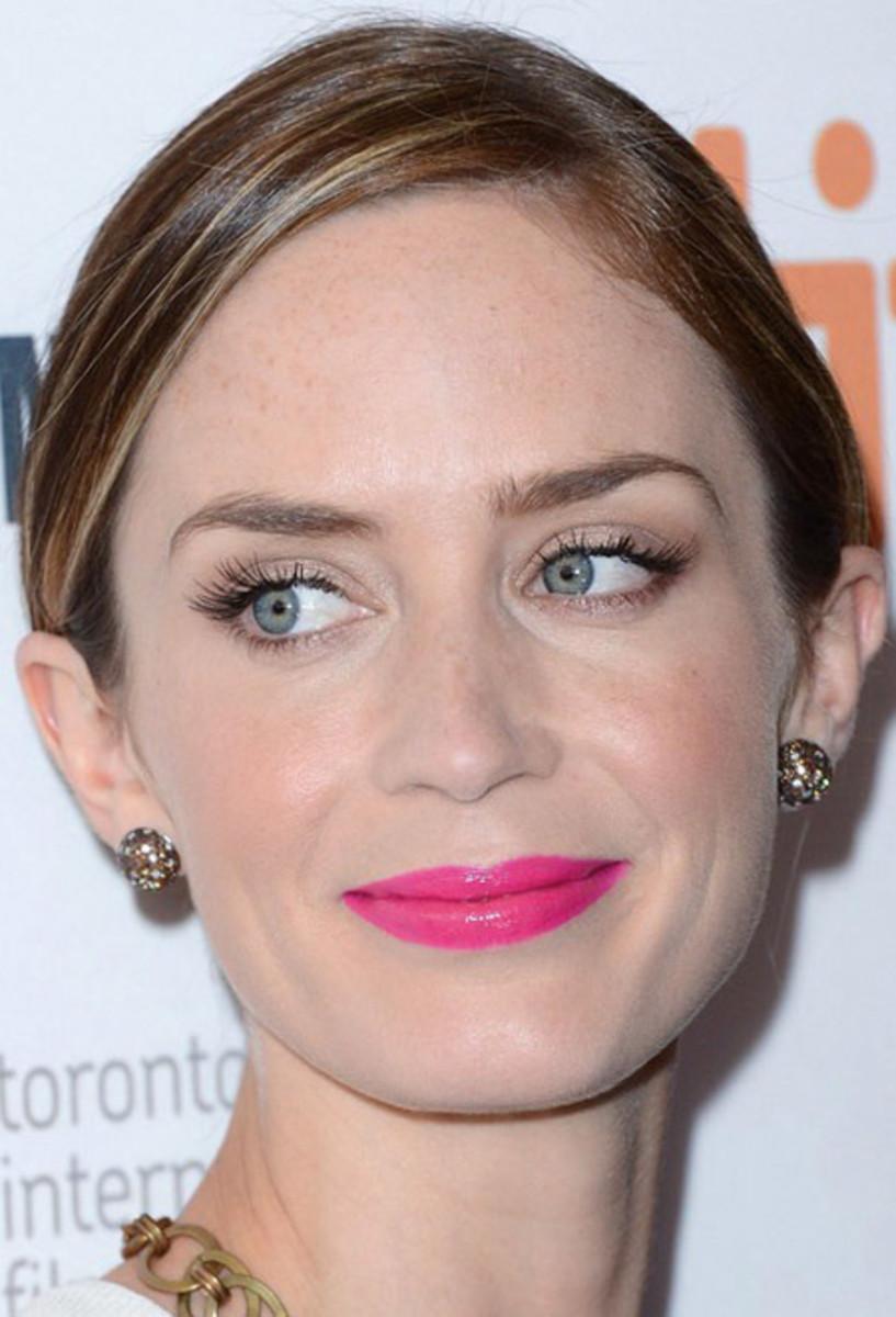 Emily Blunt_bright pink lipstick