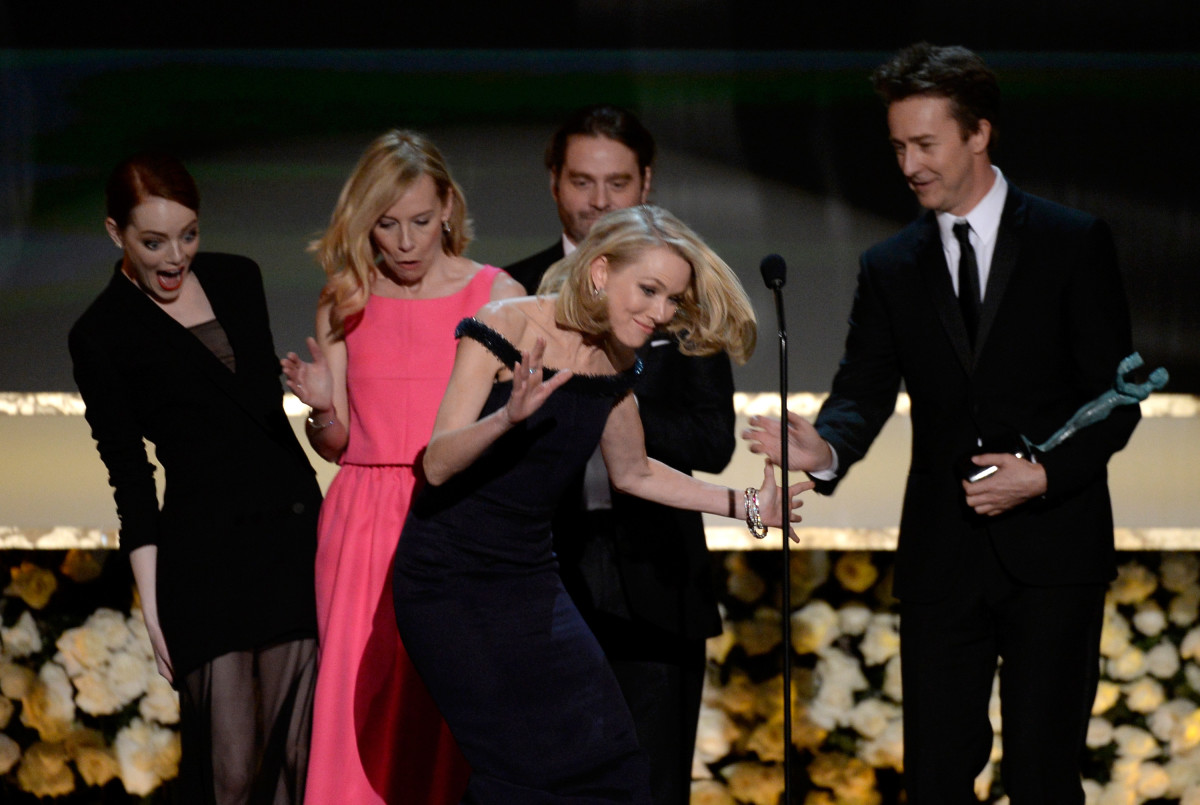 Emma Stone Naomi Watts trips at SAG Awards 2015.jpg