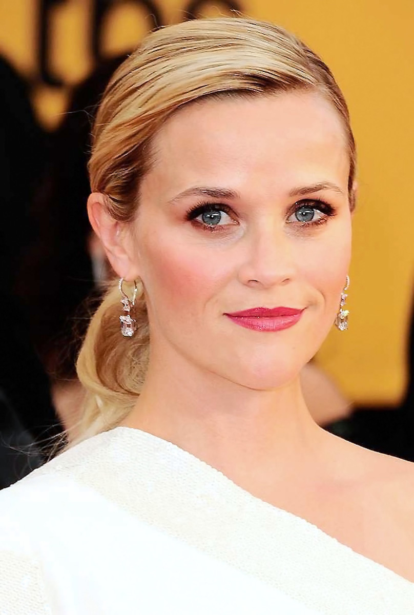 Reese Witherspoon makeup for blue eyes at the SAG Awards 2015