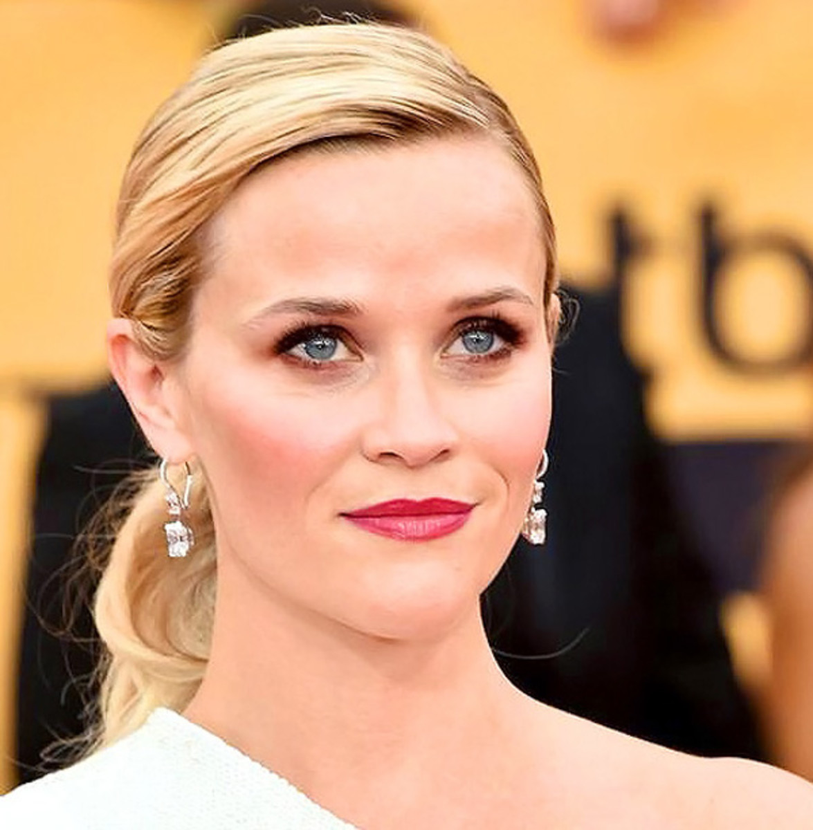 Reese Witherspoon_bordeaux makeup for blue eyes_SAG Awards 2015