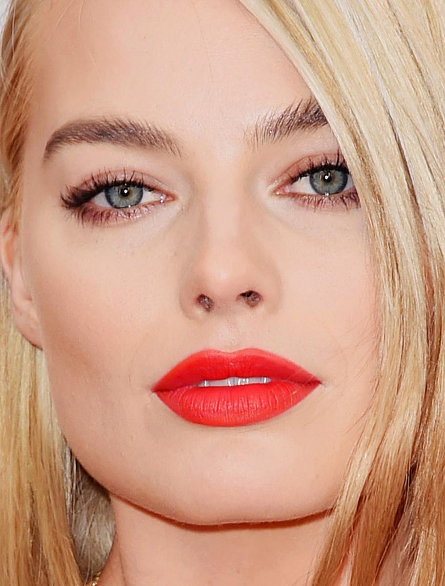Margot Robbie 2015 Oscars red lip closeup