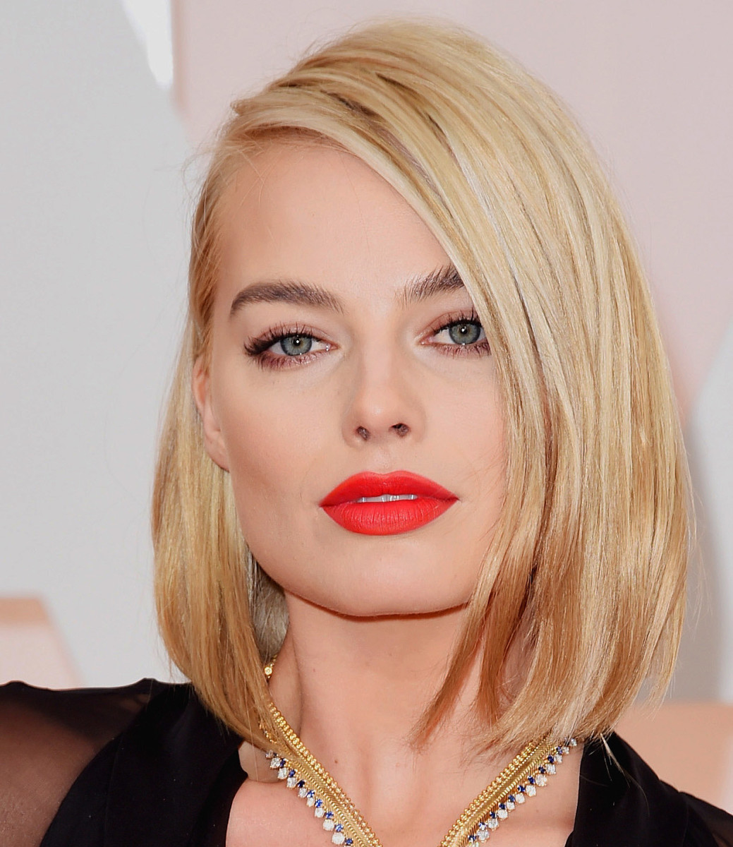 Margot Robbie at the 2015 Oscars in that. red. lip.
