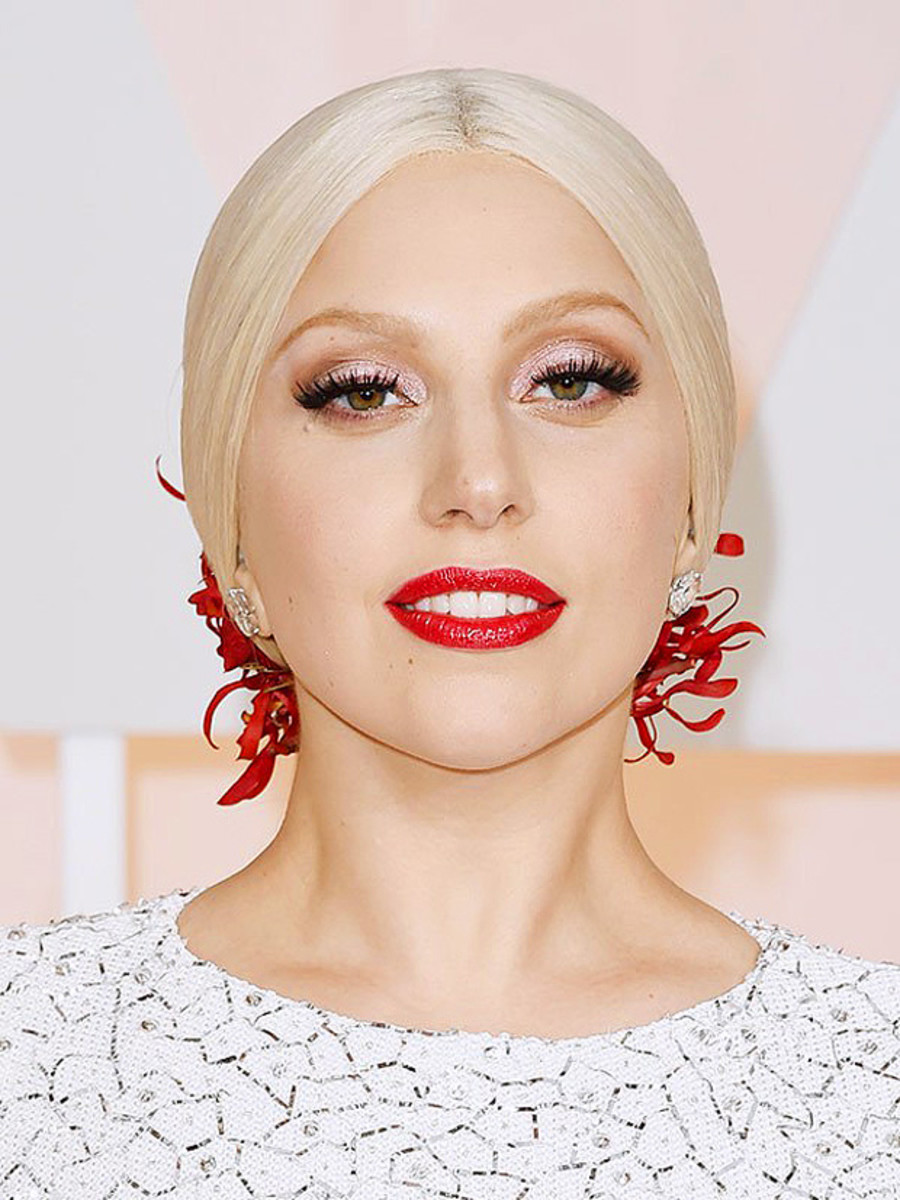 Lady Gaga's exact eyeshadow and lip colour on the 2015 Oscars red carpet