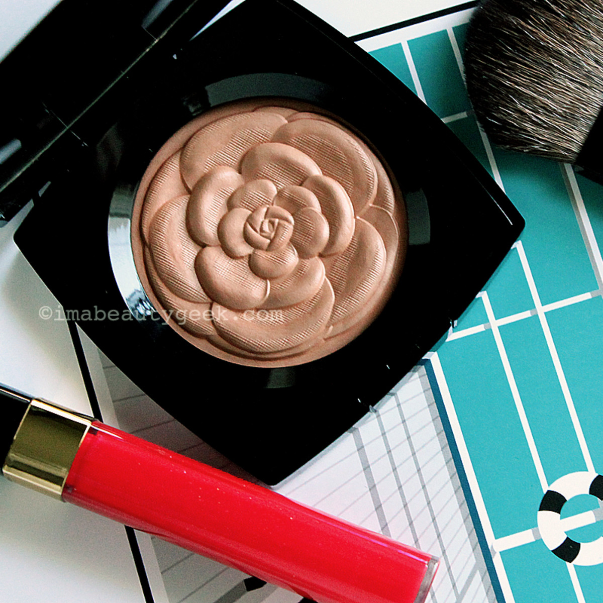 See? This Chanel Lumière d'Eté powder is just too pretty to mess up with a brush, I thought...