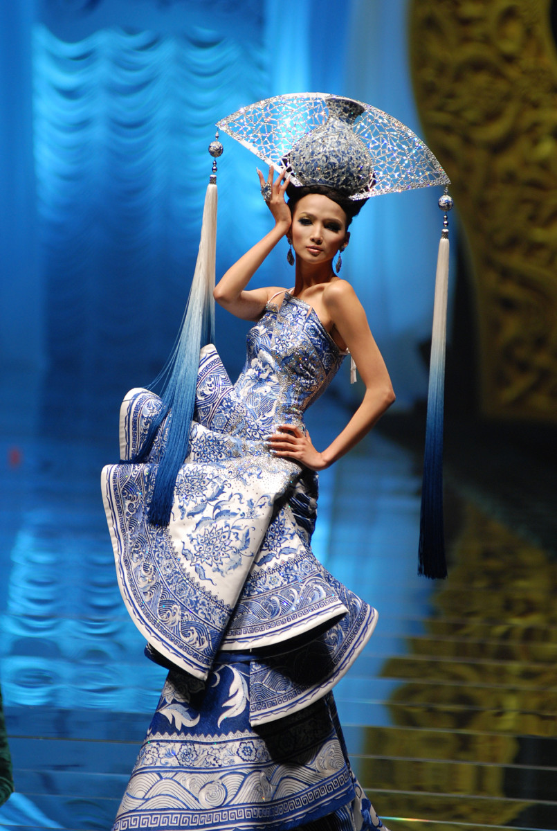 MAC Guo Pei_Guo Pei on the runway