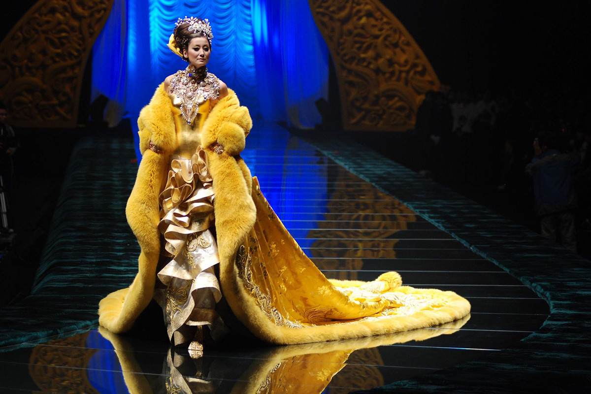 The cape Rihanna wore_Guo Pei runway