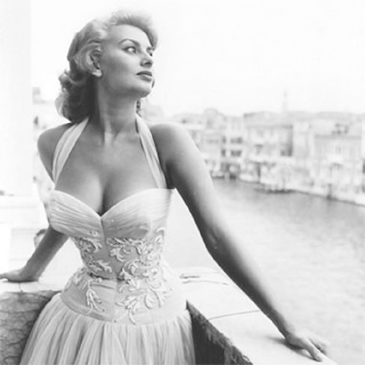 Gorgeous Sophia Loren and her enviable décolleté