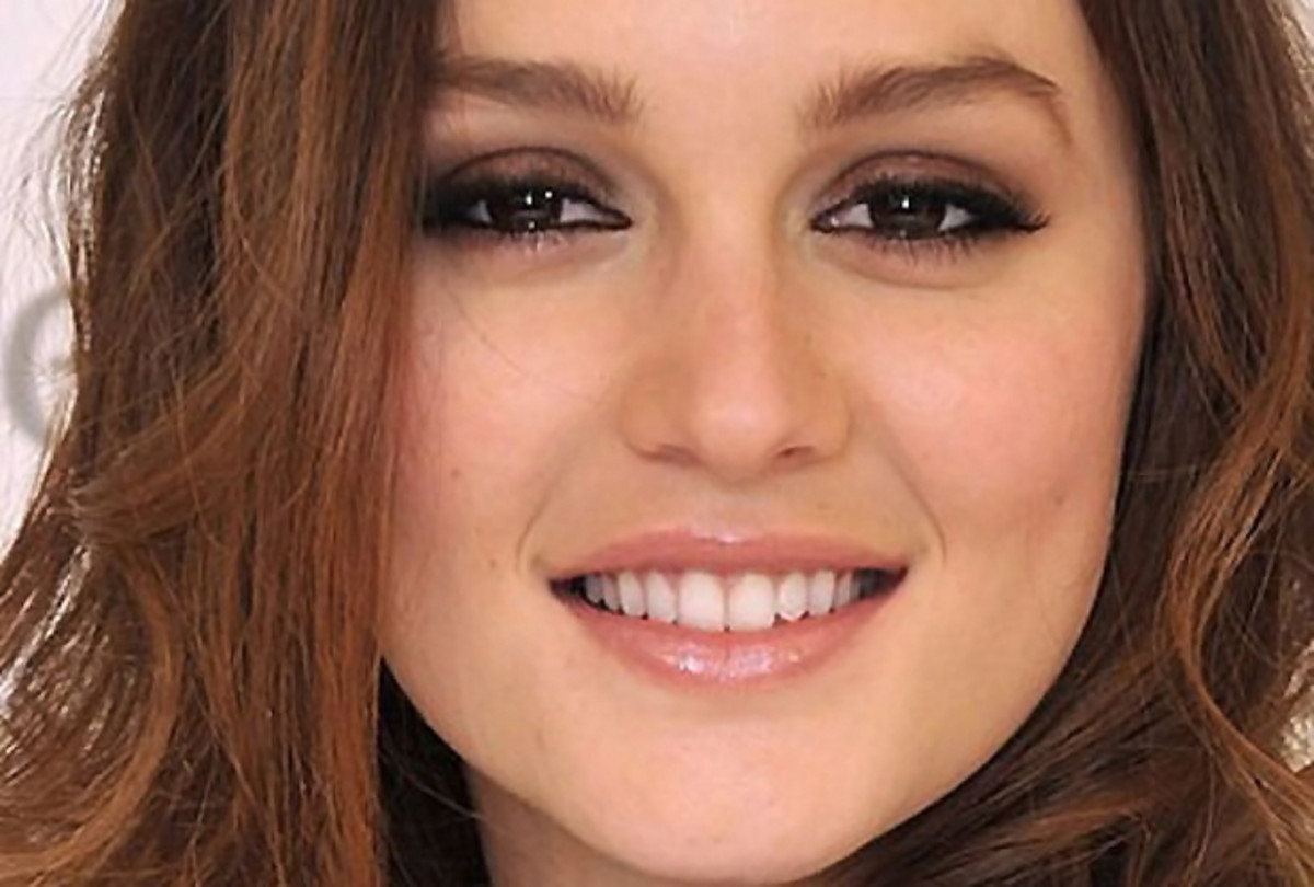 Smoky eyes on Leighton Meester_just line upper and lower rims with black