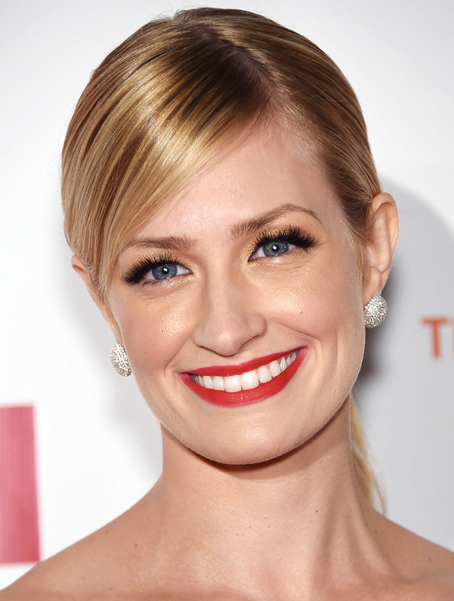 Beth Behrs makeup_false lashes overload