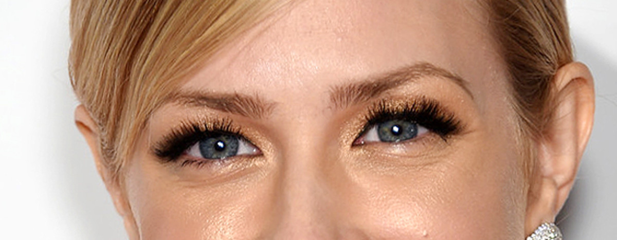 Beth Behrs makeup_false lashes fail