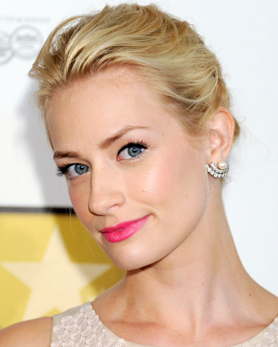 Beth Behrs makeup_false lashes half strips