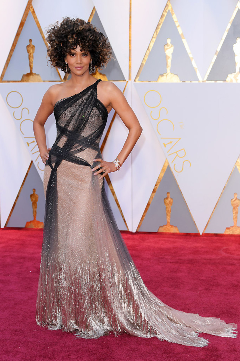 Halle Berry in Atelier Versace on the red carpet for the 2017 Academy Awards