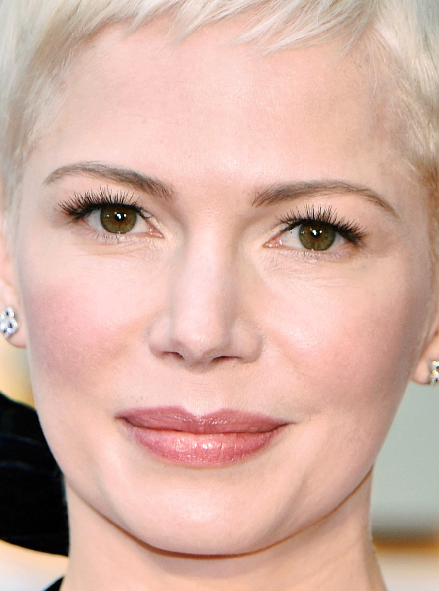 Michelle Williams at the 2017 Academy Awards: feathery false lashes, flushed pink cheeks, sheer rosy lip gloss.